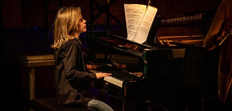 Jonge componist Daan de Swart speelt tijdens opening Kindermuziekweek